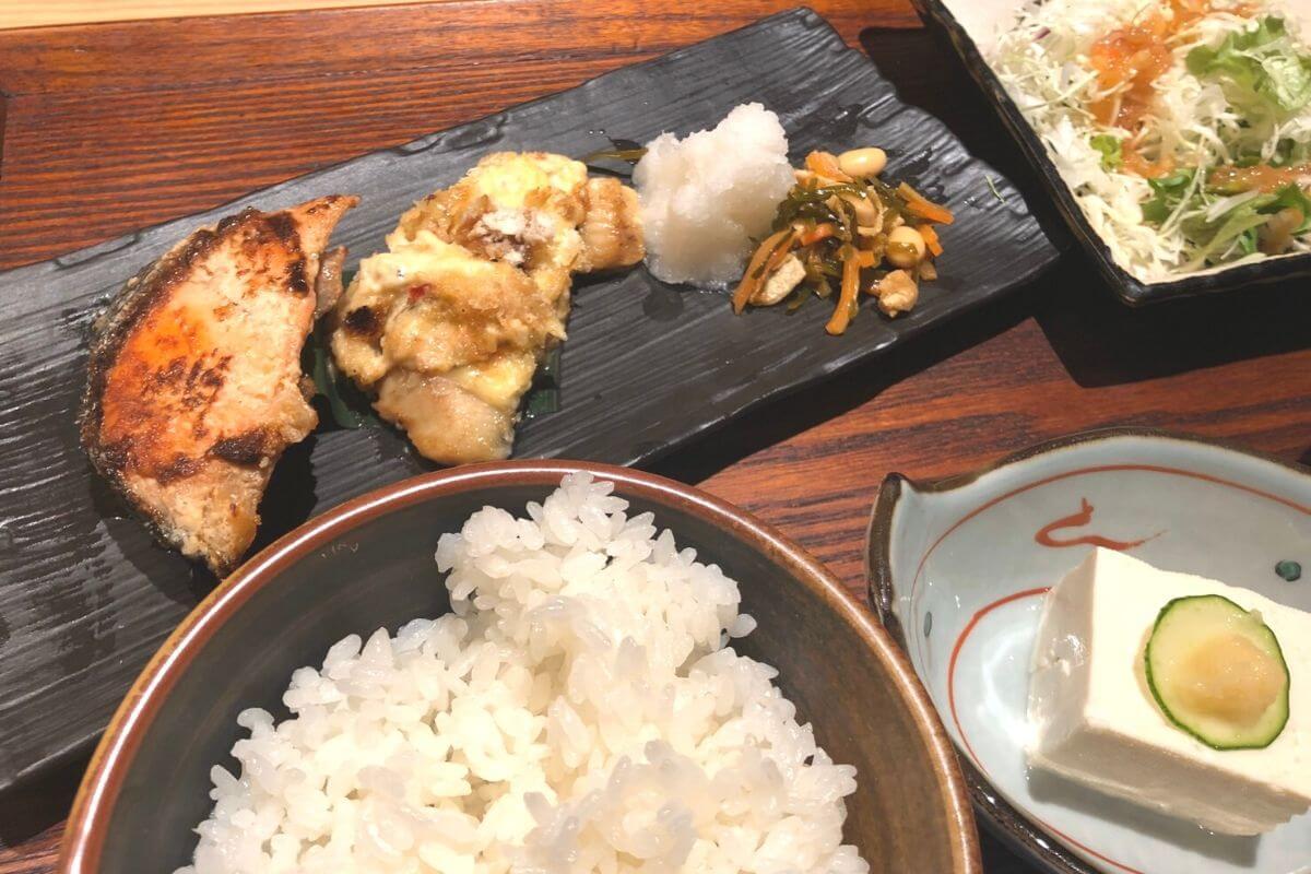 夕食は鰆の素焼きと銀鮭の粕漬け焼魚二種盛り合わせ定食 佐久間健一