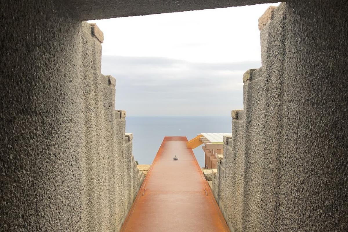 私がお気に入りだったのが石の門をくぐり、光学硝子舞台の方へ向かうこの景色。視界が海に抜ける瞬間が最高に気持ちいい。